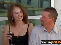 A estrenar pareja disfruta follando duro en la fiesta de swinger