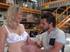 Melany Paris baise dans un entrepot