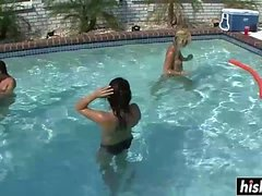 Chicas encantadoras relajarse en la piscina
