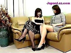 Moget Dam i Black Dress får hennes bröst och fitta gnides Nipples slicka av på soffan