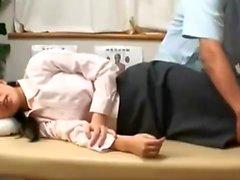 Söt asiatisk massagebaby ger en sensuell massage