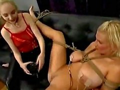 Bondaged Blonde conseguir su coño estimula con Torturado Dispositivos de Electricidad Al la señora en el sofá