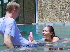 Bomba Monique di Alexander gioca con la Pool Boys di Dong
