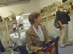 откровенные черные нейлоновых ноги в магазине обуви
