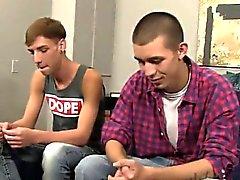 Porno gay de Marco gravit de de Jordanie et de se allonge sur le bac