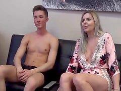 Ältere Mutter und junger Mann ficken nach Porno zusammen beobachten