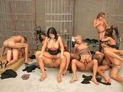 Hardcore orgia prisão sexo com pregos tesão fodendo putas sexy