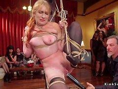 Femme esclave orgie baisée à la fête