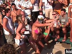 Vackra brudar gillar att dansa på festen