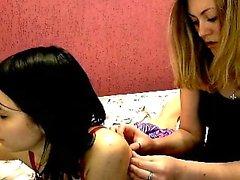 Esmer ve sarışın lezbiyen beceriyor