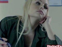 Wunderschönen Bibi Jones Dick saugt und leckt wichse