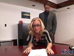 secretaria impresionante Nicole Aniston recibe un golpe