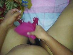 Sperma auf Helper's kleinen sexy roten BH