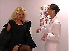Застенчивая блондинка становится проверки киску от роговым медсестра шлюха
