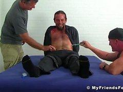 Hunk Bearded und tätowiert erhält einen süßen Kitzel durch seine Knospen