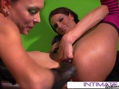 Lesbiche intime - Jessica Jaymes e Sea J Raw giocattoli anali