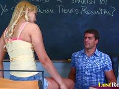La traviesa estudiante Vanessa Cage es muy curiosa sexualmente
