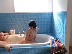 Adolescente paffuto che fa una doccia in webcam