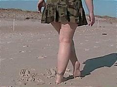 Knipperende poesje op een openbaar strand