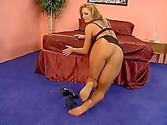 Fllirtatious darling in pantyhose