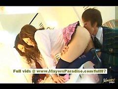 De Risa de Tsukino fille asiatique à uniforme de serveuse plaisir à aspirer queue énorme