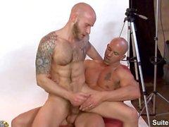 homme marié Tatoué Brock Armstrong se fait baiser par chauve gay Drake Jaden