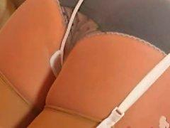 Brünett poussin avec des culottes de charme