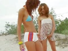 adolescentes americanos brincando na praia