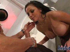 Audrey Bitoni recibe un apisonamiento sensual