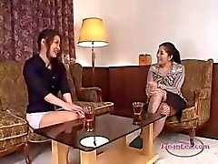 Busty Woman küsste immer ihren Titten und Pussy eingerieben Finger gesogenes Die Auf Der Couch in Sitz Roo