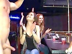 Stripper dispose d'un pecker raide pour les femmes