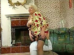 Busty Büyükanne Fucked