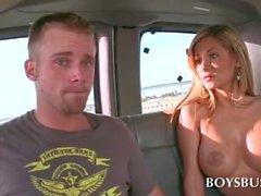 Gutaussehend Zapfen wird von einem topless Blondine in Bush verführt zu