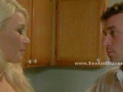 Loira peituda recebe sua camisa arrancada antes de ser amarrado a uma cama de hotel por seu amante