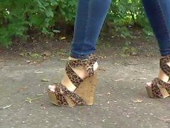 Me exibindo de sandalia anabela e jeans justo
