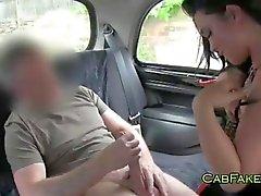Dude äter och fucks rakade fitta i taxi