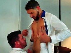 Muscle fétiche gay avec éjac