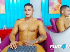 Брэндон Салливан Flirt4Free Guys - Latino Hunk Имеет идеальный мышечный орган