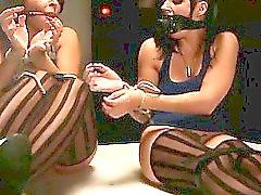 Limite por um piso com outros pequeninos de escravos açoitada de senhora