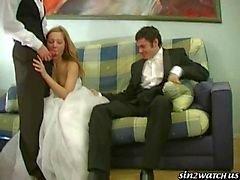 De la novia atractiva folla con de dos groomsmen