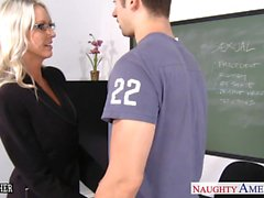 Sex педагог Emma Стар принимать кран в классе