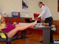 Blanche Bradbury harjoittaa kaveria toimistossa