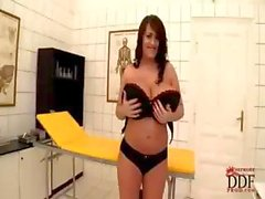 De Leanne Cuervo tiene unas tetas masiva y hace de striptease sexy hasta mostrarlos