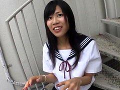 Teen japonais en uniforme cinglé sur le côté
