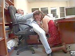 Bir gros seins baisee par le patron SECRÉTAIRE