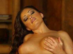 Brunette bonito perfroms striptease sexy e expõe grandes seios naturais