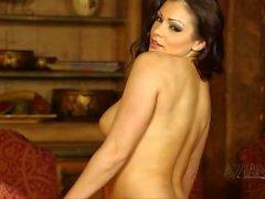 Красивая брюнетка perfroms сексуальный стриптиз и открывает большие естественные груди