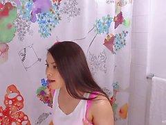 Brunette asiático meia-irmã perfurado no banheiro dura e rápida