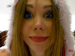 Sexy Santa Mädchen ist verrückt nach Weihnachten ficken und saugen. Mia Bandini