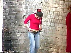 Jeunes filles le décollage slip urinent à l'extérieur